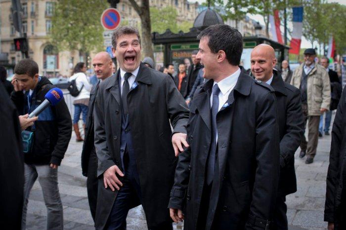 Arnaud Montebourg, ministre du Redressement Productif, et Manuel Valls, ministre de l'Interieur se baladent sur les Champs Elysees.