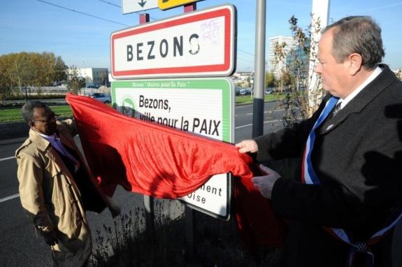 """Avant la cérémonie au cimetière, le maire et Raymond Ayivi, conseiller municipal en charge de la solidarité internationale et de la paix, dévoilaient la plaque """"Bezons, ville pour la Paix"""""""