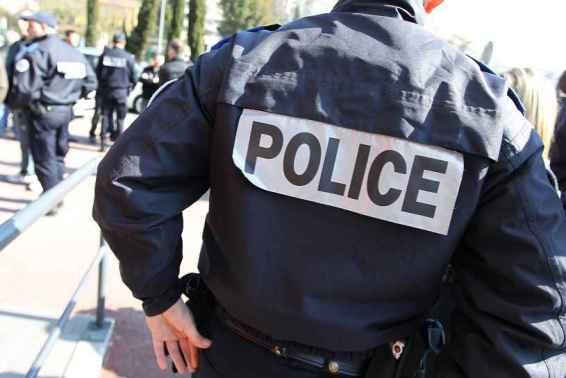 2048x1536-fit_policiers-rassembles-28-fevrier-2012-appel-plusieurs-syndicats-gardiens-paix-devant-hotel-police-grasse-solidarite-deux-agents-brigade-anticriminalite
